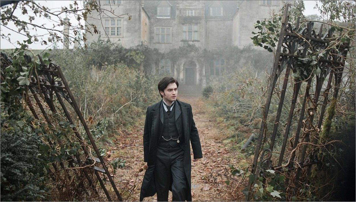 La Dame en Noir (2012) - Daniel Radcliffe devant la Eel Marsh House