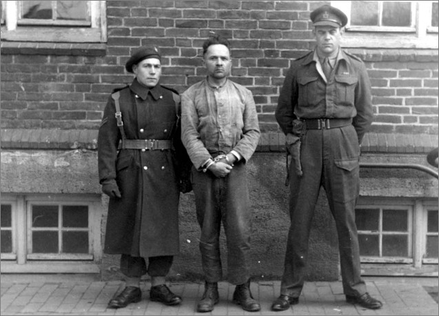 Rudolf Hoess (au centre) après son arrestation