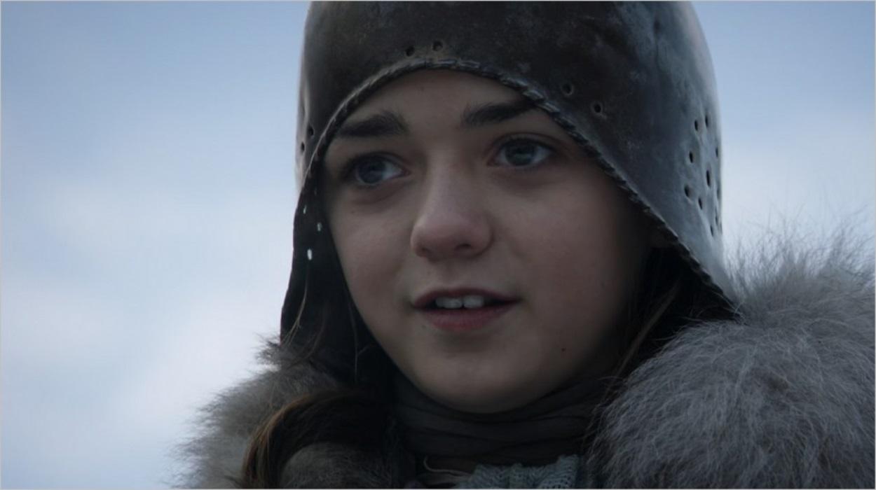 Arya Stark observant l'arrivée du Roi à Winterfell