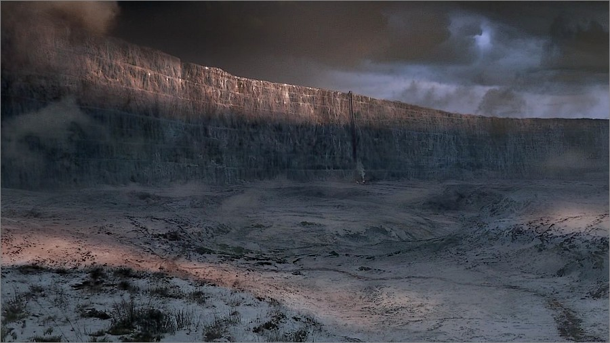 Le Mur, une immense barrière de glace qui sépare les contrées civilisées des terres sauvages dans Game Of Thrones