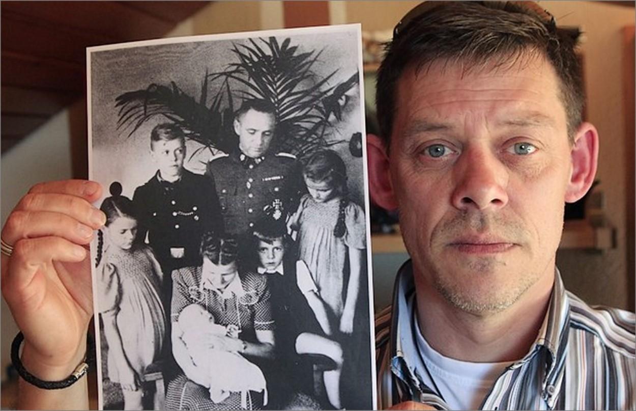 Rainer Hess tenant une photo de famille