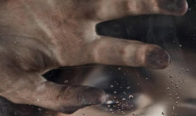 La main étrangère, Agnès Ruiz : étranglée par sa propre main… ou par un malade ?