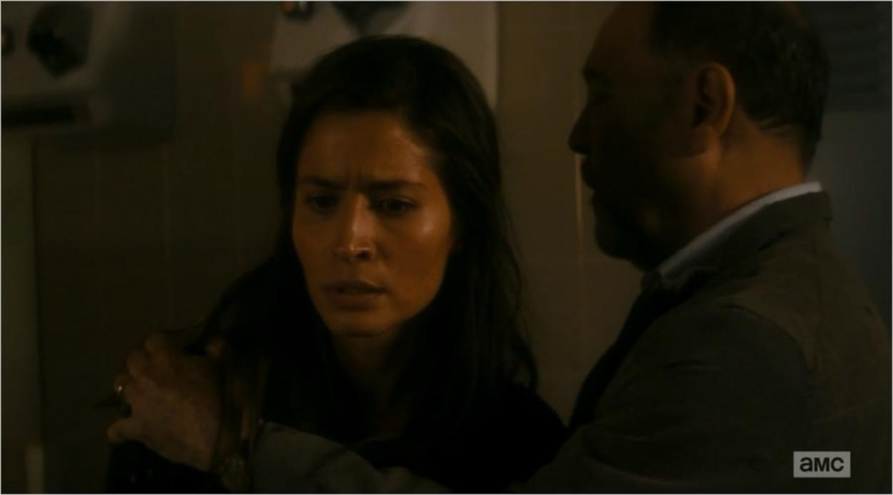 Ofelia Salazar (Mercedes Mason) apprend la mort de sa mère - Fear The Walking Dead