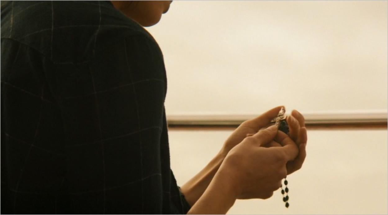 Ofelia tenant le chapelet rapporté par Nick