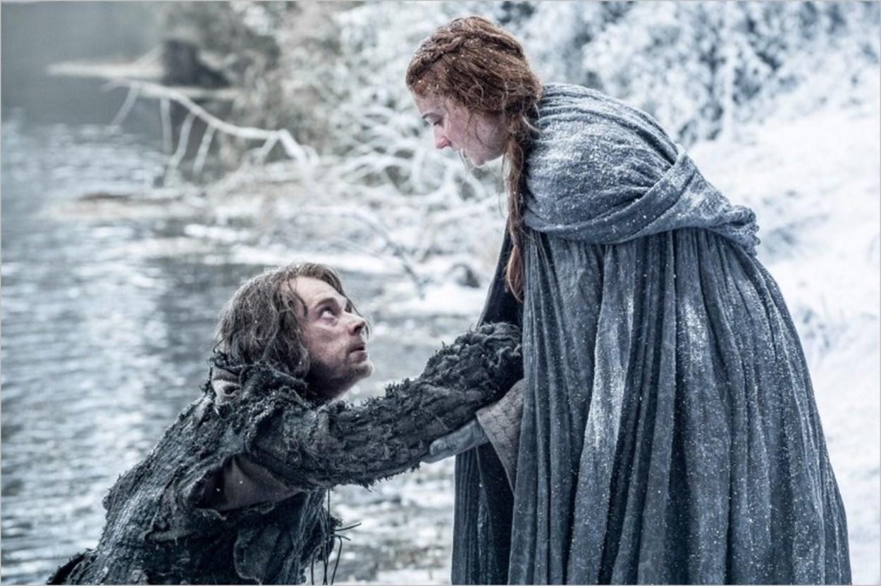 Theon Greyjoy aidant Sansa à traverser la rivière - Game Of Thrones