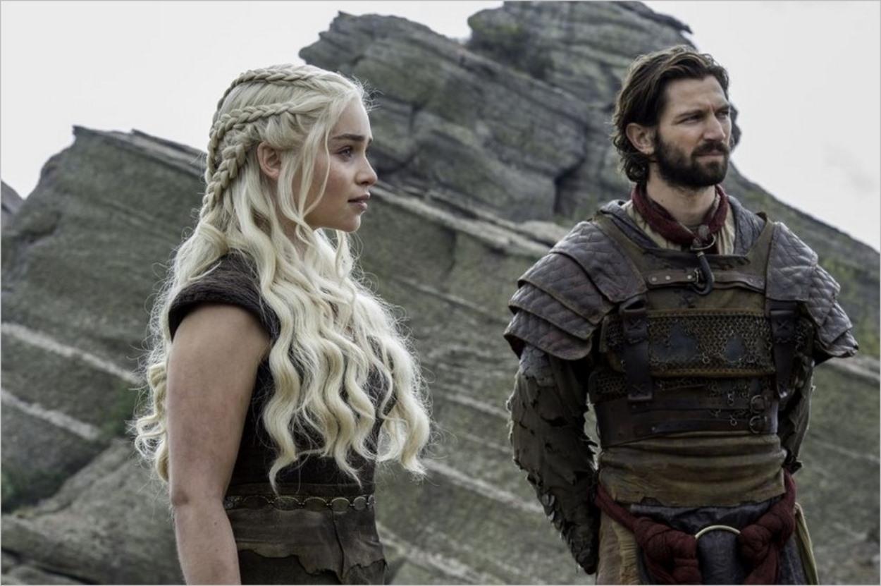 Daenerys Targaryen écoute Jorah Mormont