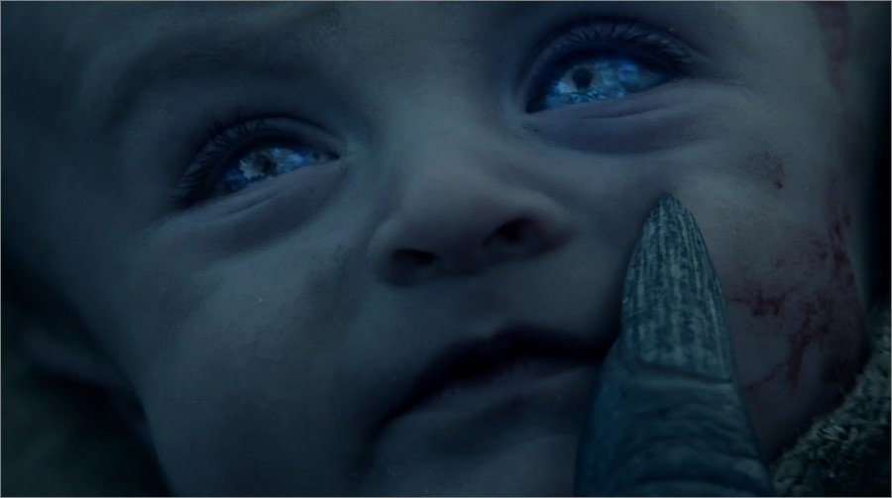 Un Marcheur Blanc pose le doigt sur un bébé
