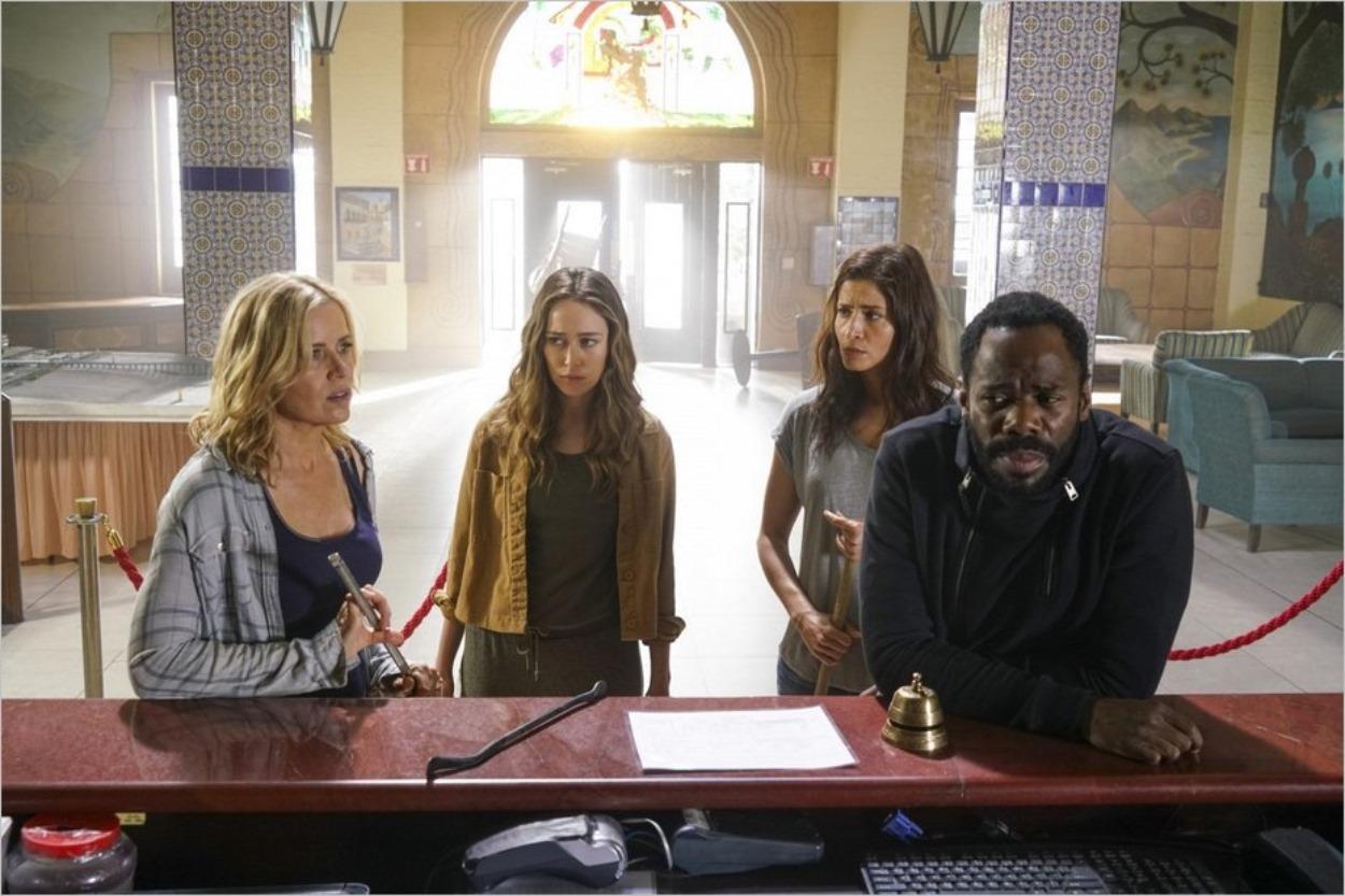 Madison, Alicia, Ofélia et Strand dans le lobby de l'hôtel
