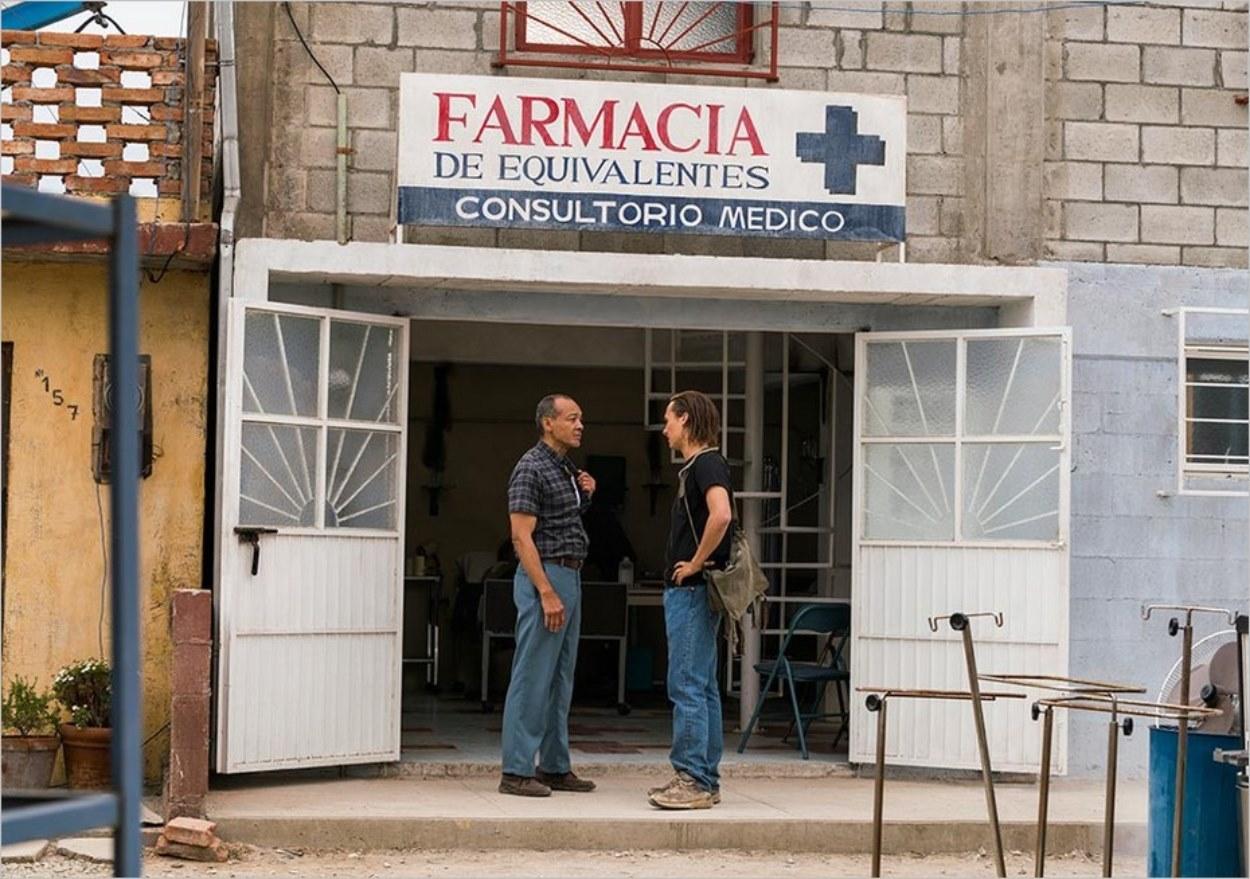 Nick et Alejandro devant la pharmacie