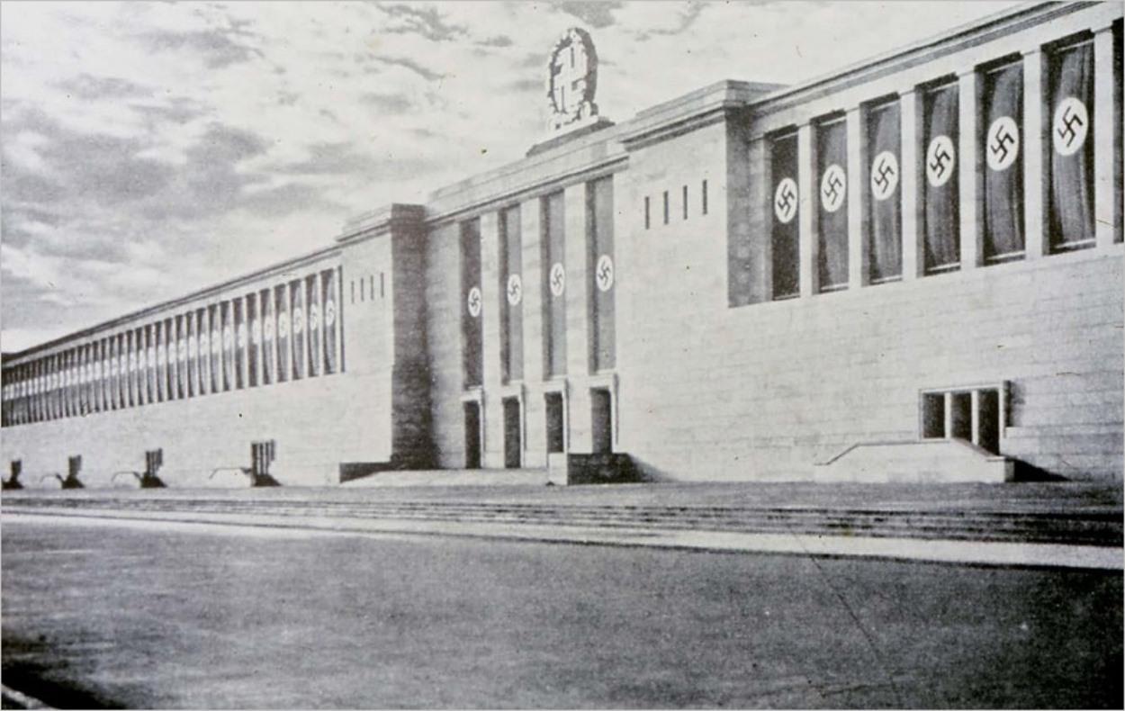 La tribune imaginée par Speer à Nuremberg