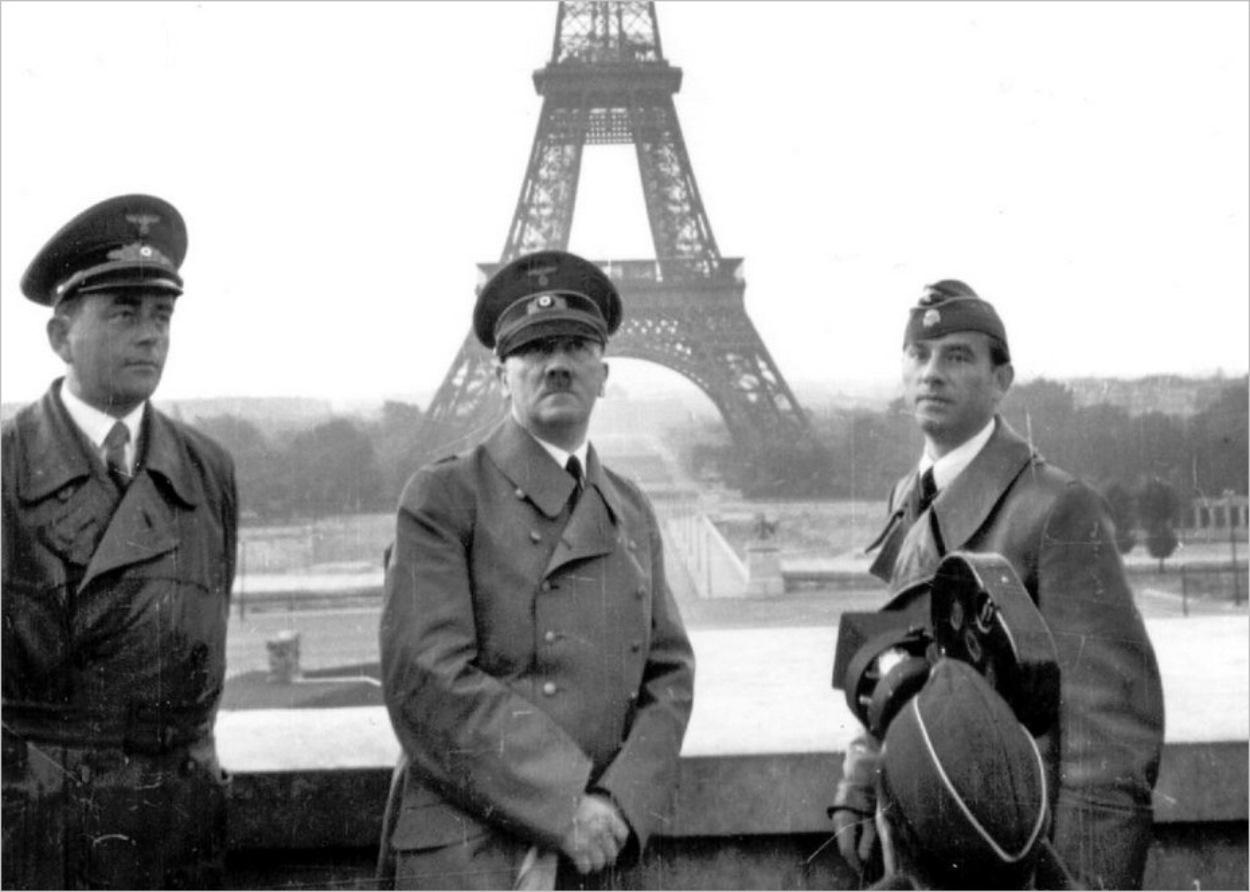 Hitler pose devant la Tour Eiffel avec Albert Speer et Arno Breker