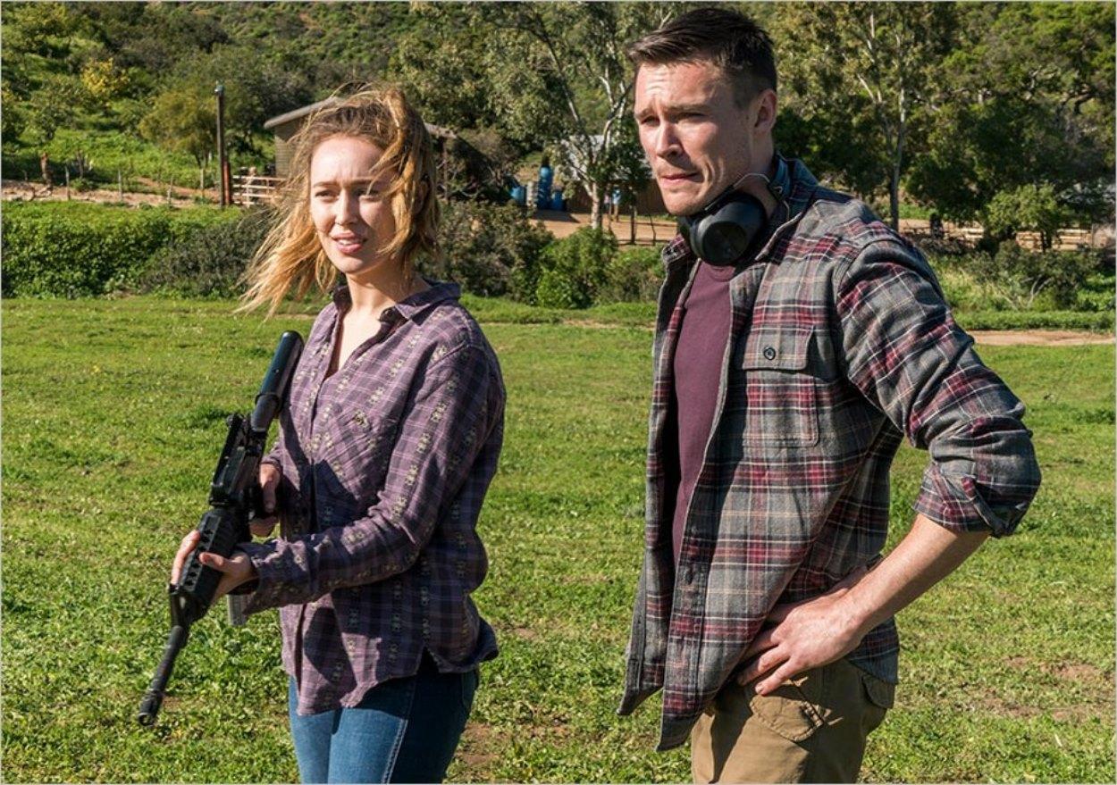 Jake apprend à Alicia à se servir d'une arme