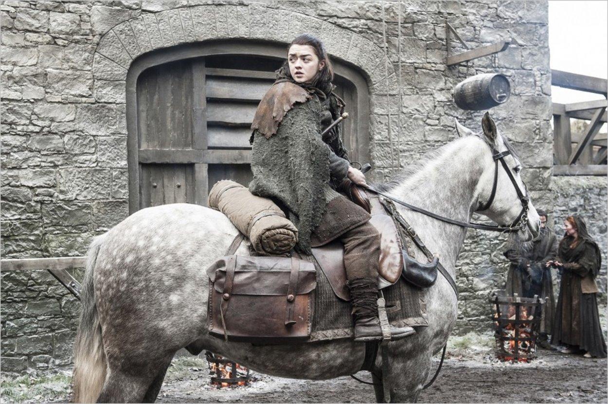 Arya Stark sur son cheval dans l'épisode 2