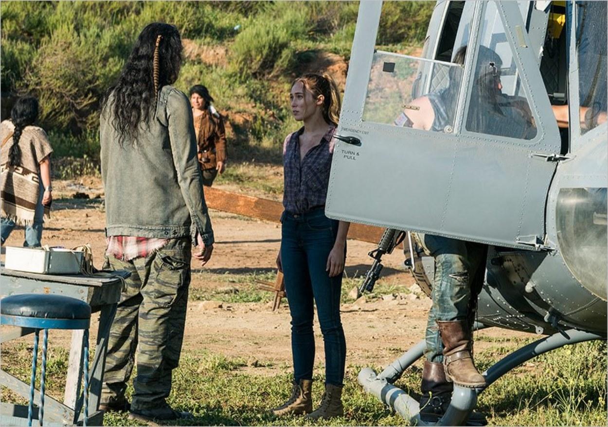 Walker et Alicia près de l'hélicoptère