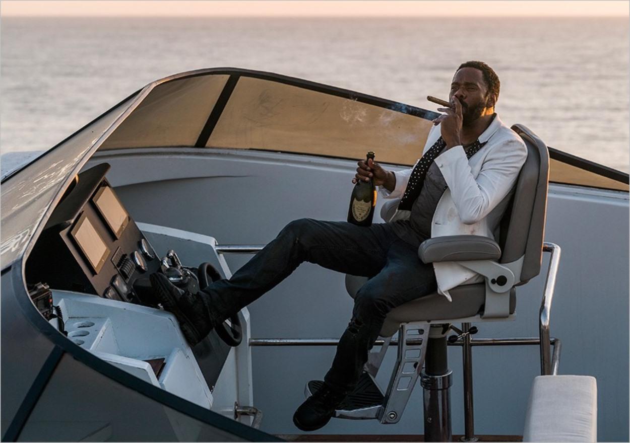 Strand profite d'un cigare et du champagne