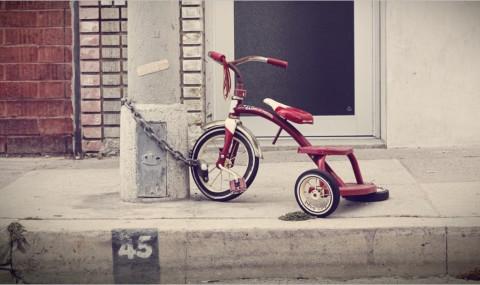 Le tricycle rouge, un roman de Vincent Hauuy