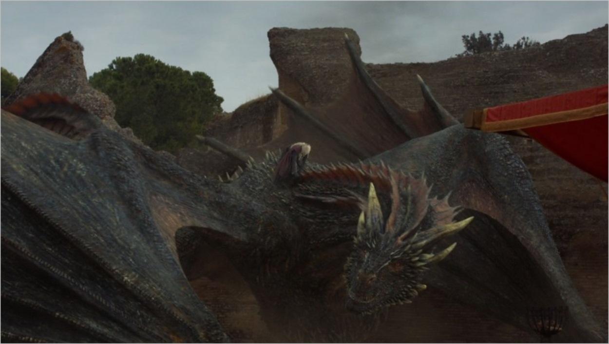 Daenerys Targaryen fait une arrivée remarquée sur le dos de Drogon