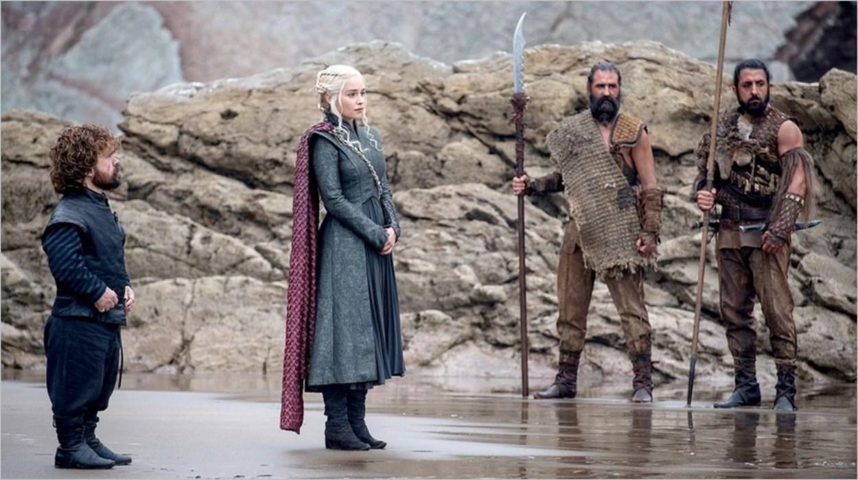 Daenerys assiste au départ de la barque sur la plage de Peyredragon