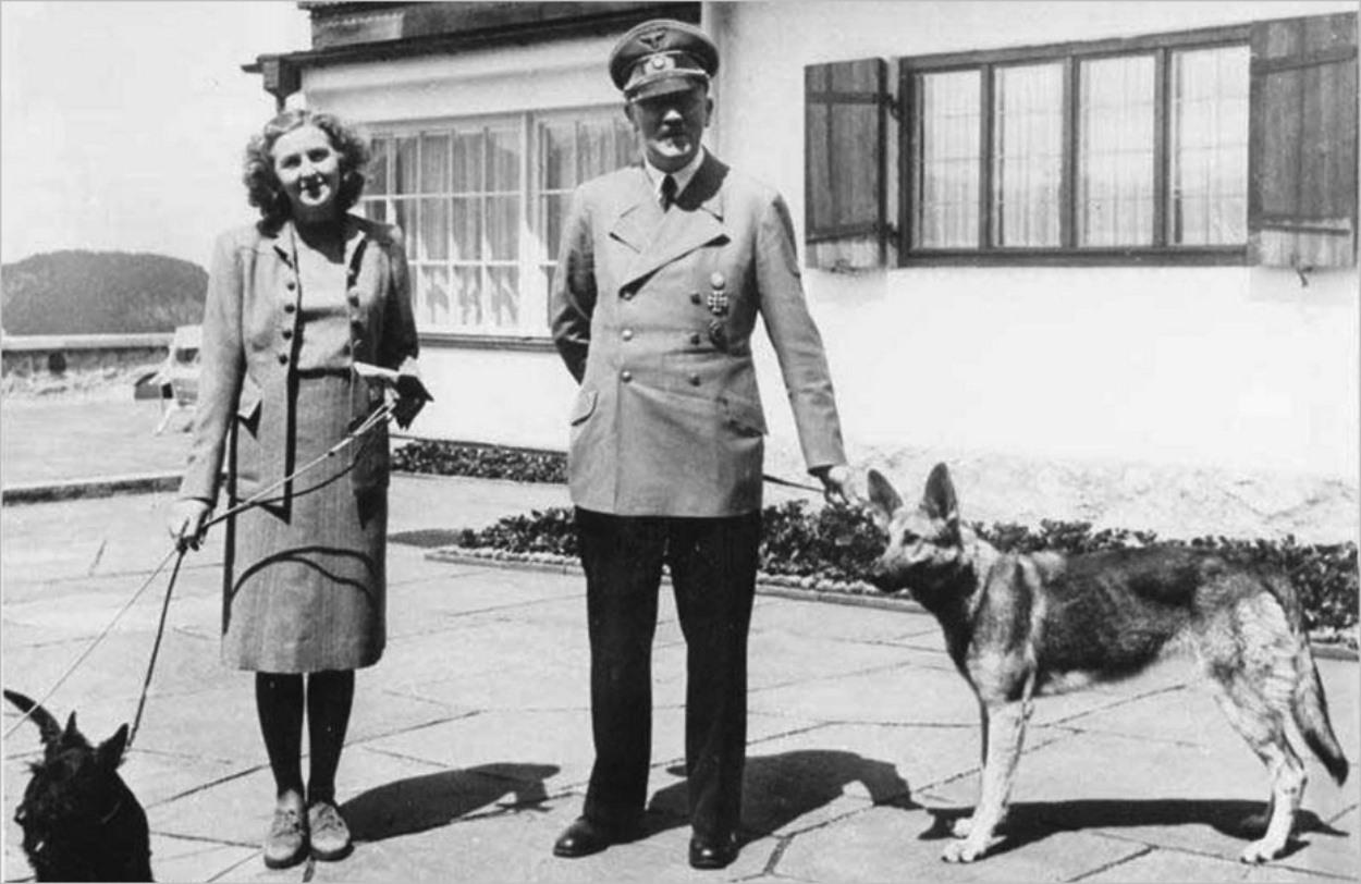 Hitler et sa chienne Blondi, aux côtés d'Eva Braun au Berghof