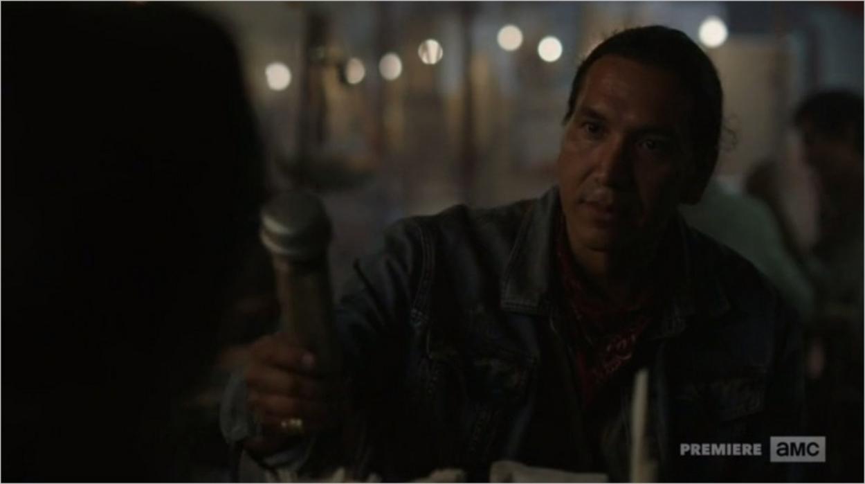 Walker en pleine négociation au bazar - Fear The Walking Dead