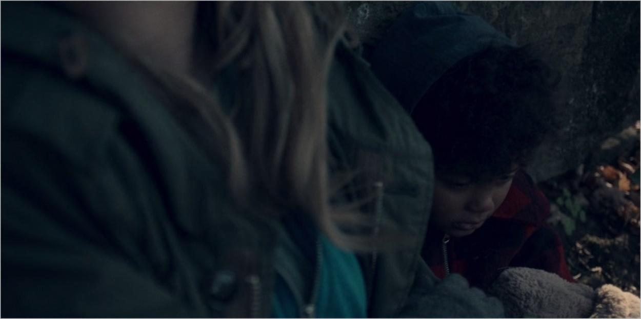 La petite Hannah aux côtés de sa mère dans La Servante Ecarlate épisode 1 saison 1
