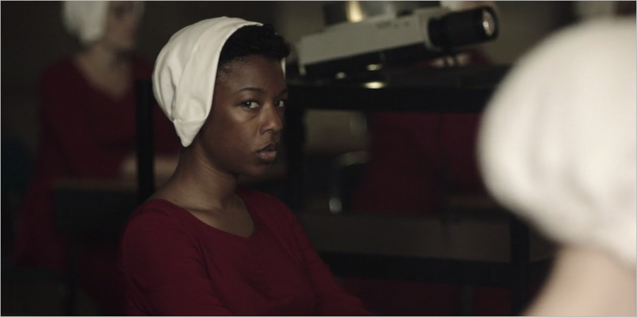 Moira (Samira Wiley) dans La Servante Ecarlate saison 1 épisode 1