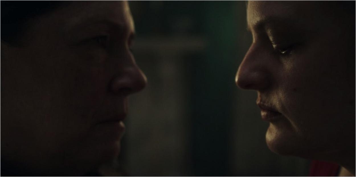 Tante Lydia face à DeFred lors de l'interrogatoire - Episode 3