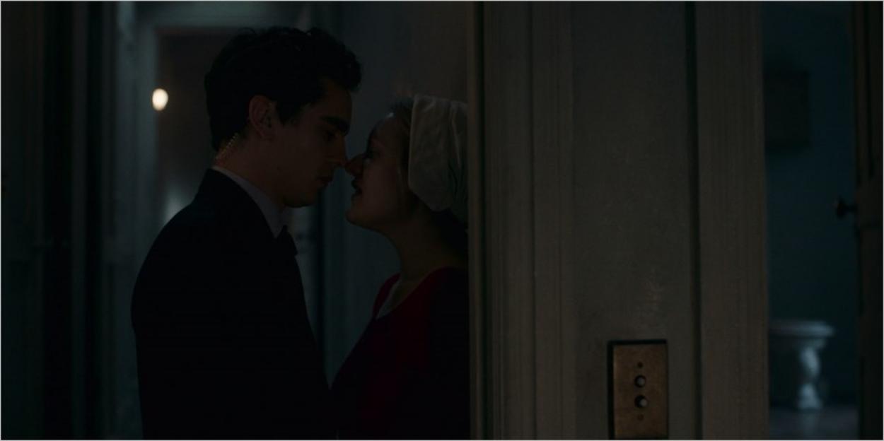 Nick embrasse DeFred sur le seuil de la porte