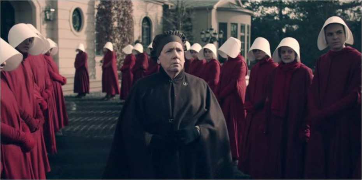 Les Servantes Ecarlates devant chez Janine