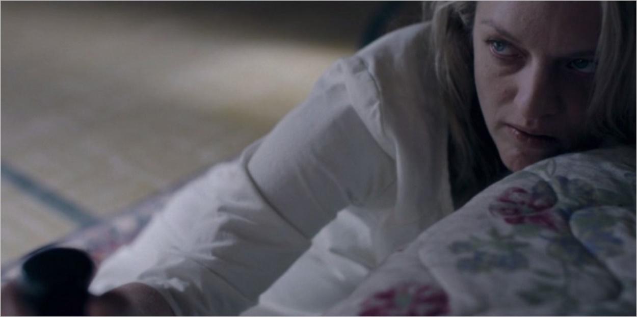 DeFred enchaînée à son lit - La Servante Ecarlate saison 2