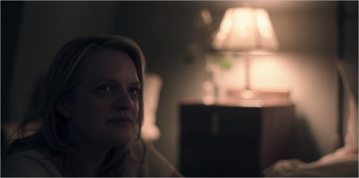 DeFred songeuse dans sa chambre - The Handmaid's Tale saison 2 épisode 8