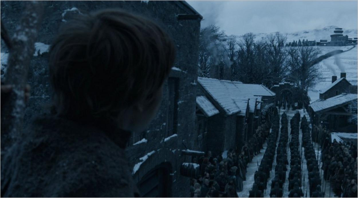 La procession de Daenerys Targaryen arrive à Winterfell