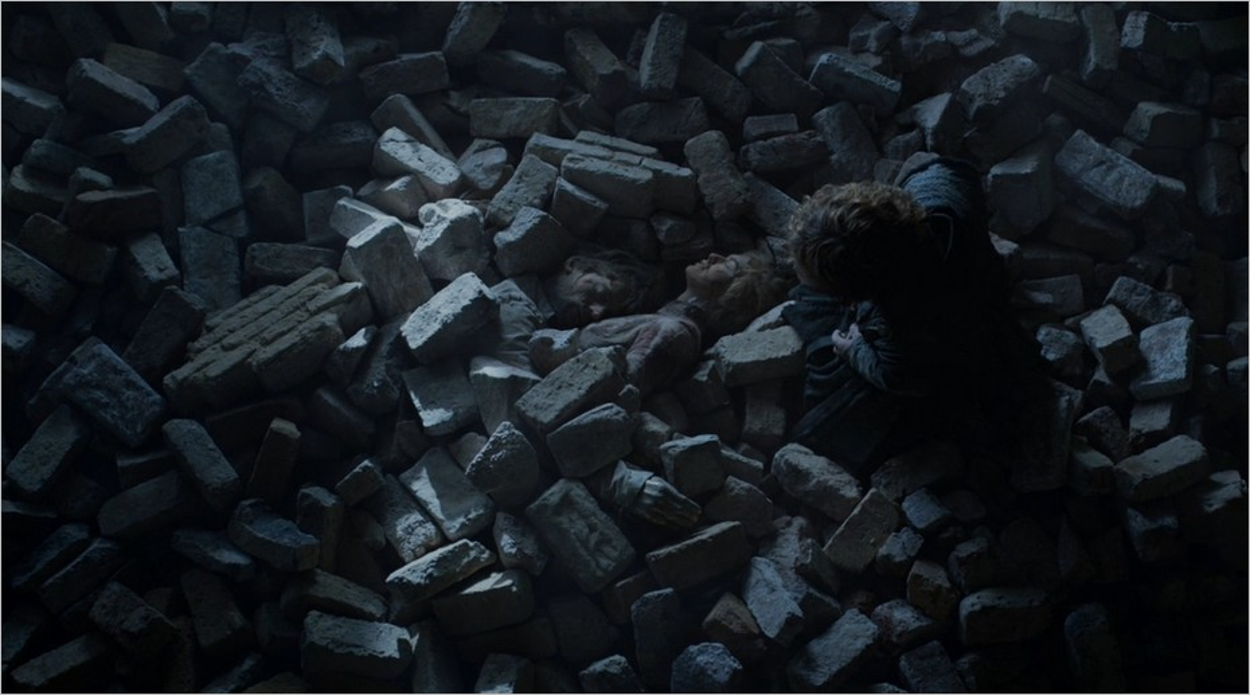 Tyrion découvre les corps sans vie de Jaime et Cersei Lannister