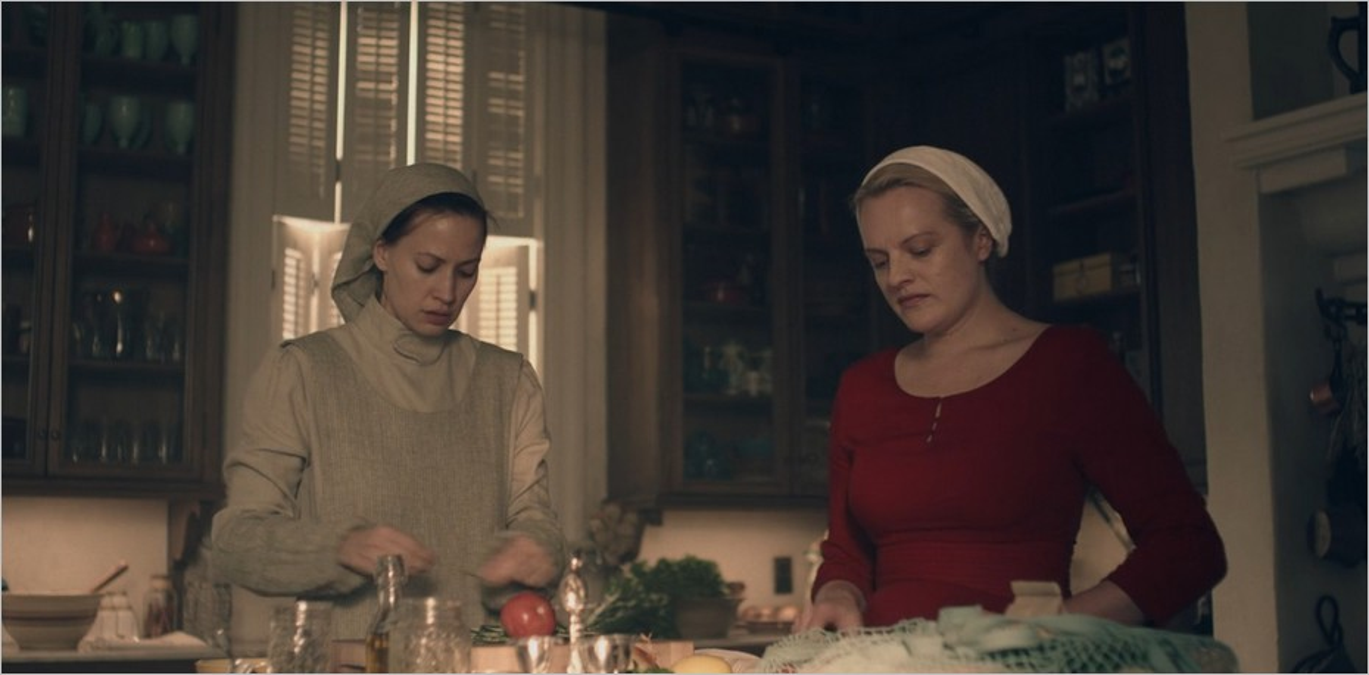 Beth et June dans la cuisine du Commandant Lawrence - La Servante Ecarlate