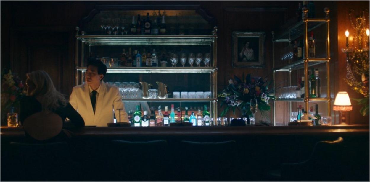 June et Billy au bar chez Jézabel - The Handmaid's Tale saison 3