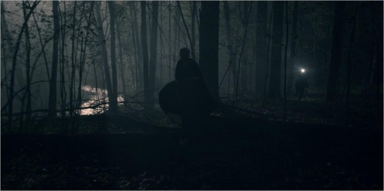 June fuit dans la forêt pour faire diversion - La Servante Ecarlate saison 3
