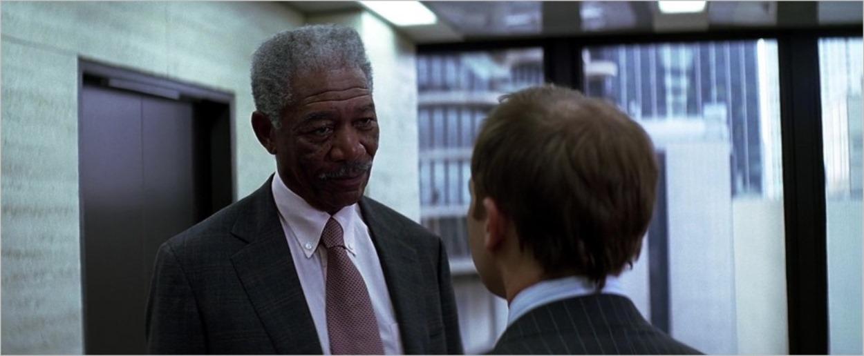 Lucius Fox (Morgan Freeman) face à Coleman Reese (Joshua Harto)