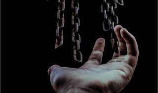 Toutes blessent, la dernière tue, le roman poignant de Karine Giebel sur l'esclavage moderne