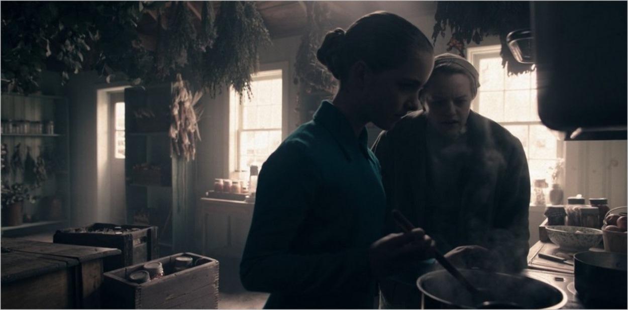 Esther Keyes apprend à June comment utiliser la belladone dans la saison 4